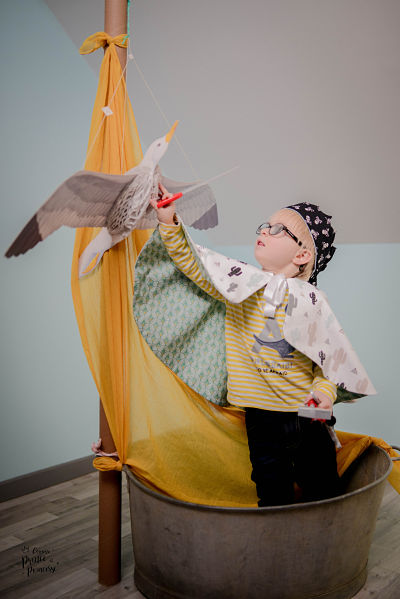 Petit garçon déguisé dans une barque Comme prince et princesse