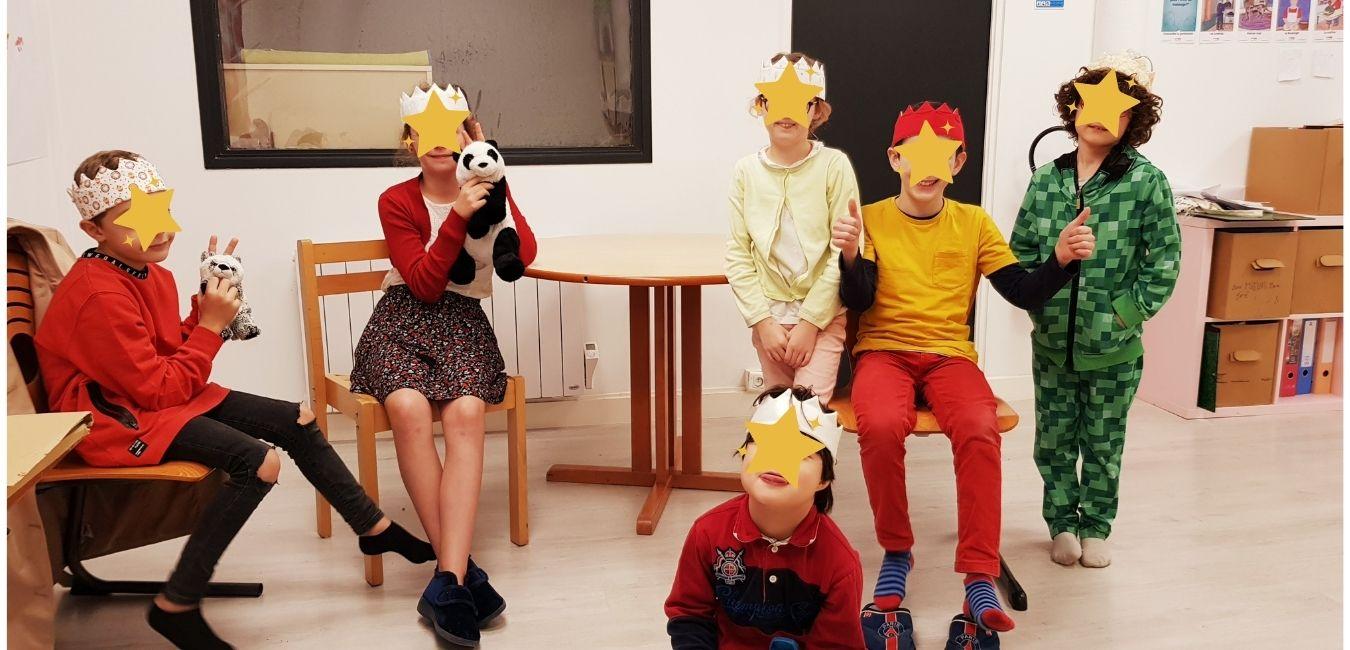 Enfants d'atelier portant couronnes